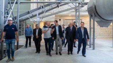 صورة الرئيس الأسد خلال زيارته مدينة عدرا الصناعية: لدى سورية الإمكانات الحقيقية لتجاوز الحصار والتقليل من آثاره