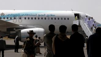 صورة وفد عماني يصل إلى العاصمة اليمنية صنعاء
