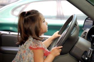 صورة طفلتان بعمر 4 و9 سنوات تسرقان وتقودان سيارة والدهما