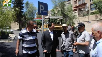 صورة محافظ دمشق يتفقد أعمال مد قميص اسفلتي للطريق من ساحة الهدى حتى معهد اللغات في حي المزة