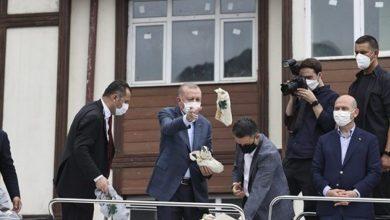 """صورة بالفيديو.. عمدة بلدية تركية يسخر من أردوغان ويرمي """"أكياس الشاي"""" على نواب """"العدالة والتنمية"""""""