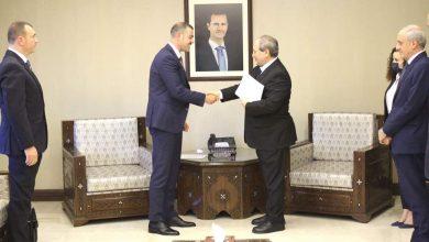 صورة المقداد يتسلم نسخة من أوراق اعتماد سفير جمهورية صربيا في دمشق