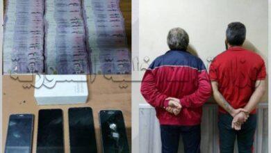 صورة القبض على شخصين يستغلان الازدحام لنشل الأجهزة الخليوية