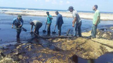صورة تكريم عمال إزالة آثار التسرب النفطي في جبلة