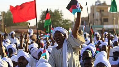 صورة احتجاجات السودان على الحكومة تطال إغلاق جسراً مهما فيها