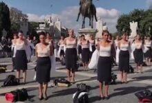 صورة احتجاجاً على فصلهن.. مضيفات طيران يخلعن ملابسهن في إيطاليا